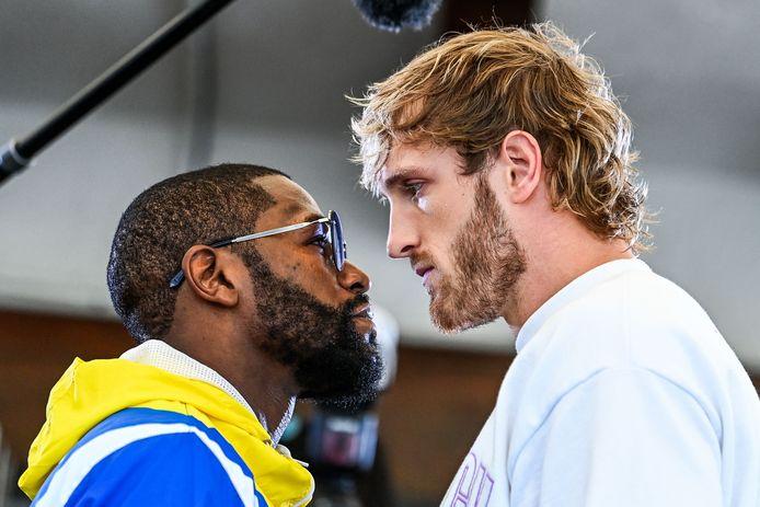 Voormalig wereldweltergewicht koning Floyd Mayweather (L) en YouTube-persoonlijkheid Logan Paul oog in oog  voorafgaand aan hun bokswedstrijd op 6 juni