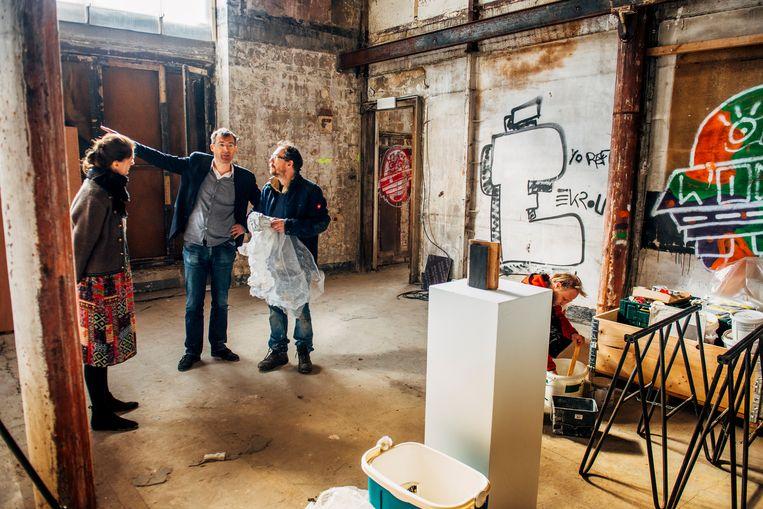 Kunstenaar Mark Manders overlegt met het team in het Metropole-gebouw, dat dertig jaar heeft leeggestaan. Beeld Stefaan Temmerman