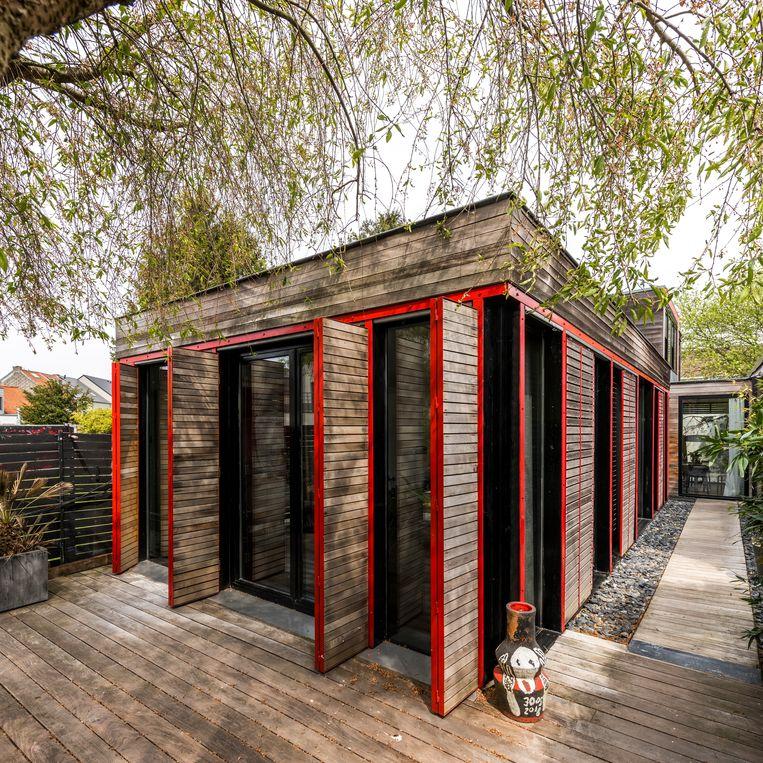 De binnentuin doet Japans aan met het houten paviljoen, de bamboe en de kiezels.  Beeld Luc Roymans