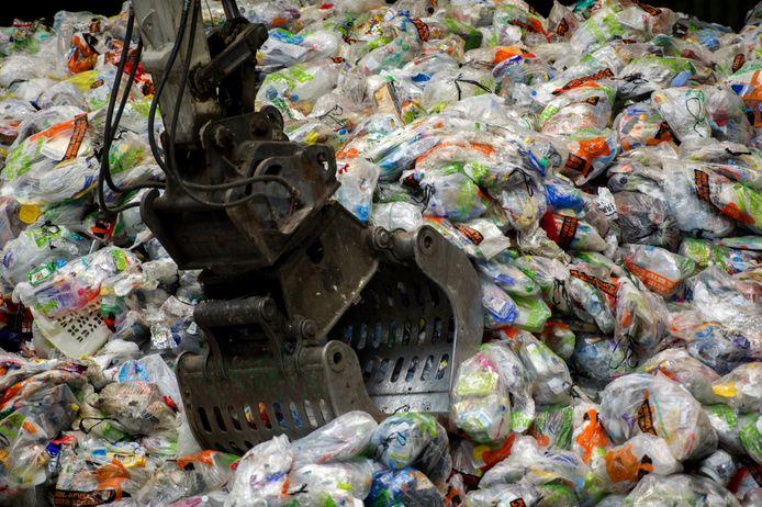 Grote berg plastic afvalzakken bij de ARN in Weurt.