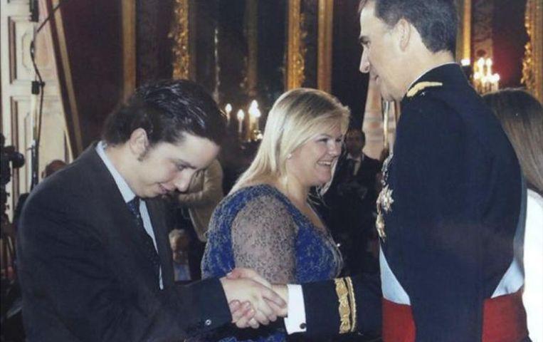 Francisco Nicolás geeft een hand aan koning Felipe. Beeld Facebook