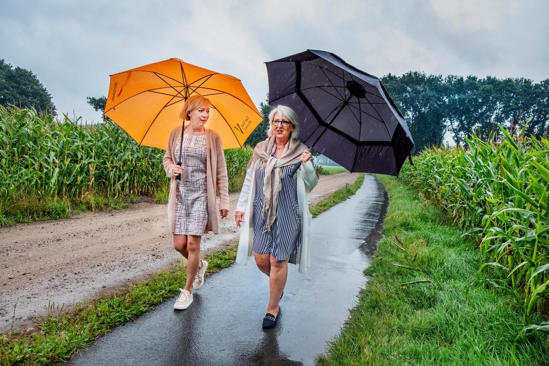 Vrijwilligers Nelleke Middendorp (l) en Atie van de Meent in Lunteren. Beeld Raymon Rutting / de Volkskrant
