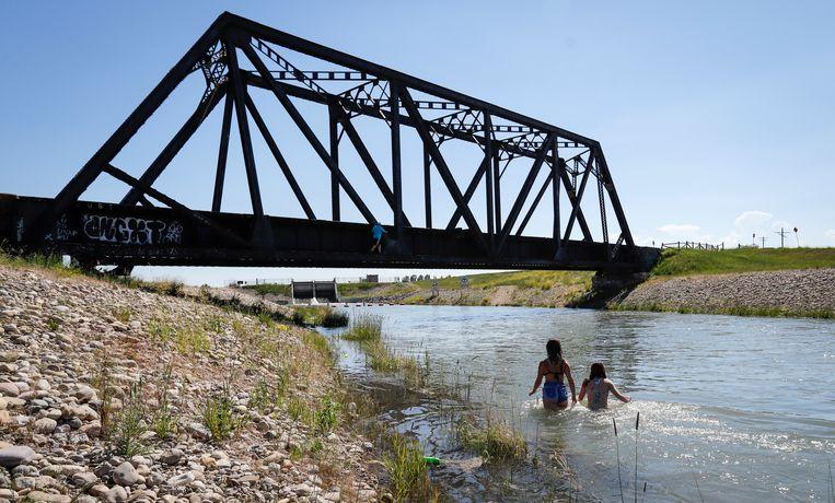 In Canada zoeken mensen verkoeling in het water. Beeld AP