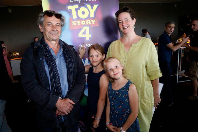 """Luk De Koninck spreekt het stemmetje in van Slinky Dog, de rekbare hond. """"En dat heb ik doorgetrokken in mijn stem"""", zegt de acteur die goede vriendin Karen en haar kinderen Jinthe en Eowyn meenam."""