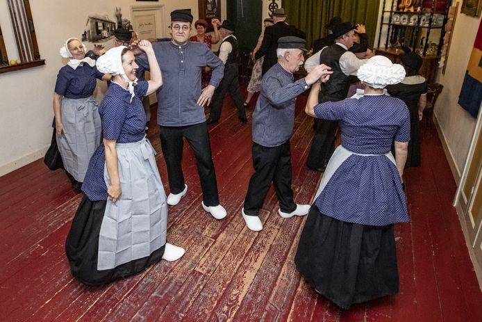 De Folkloristische Dansgroep Hellendoorn maakt eindelijk weer eens een buitenlandse reis  Twee dansgroepen nemen deel aan een internationaal festival in Oostenrijk.