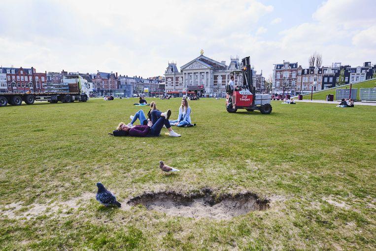 Het Museumplein is na twintig jaar toe aan een nieuwe grasmat. Beeld Nico Garstman