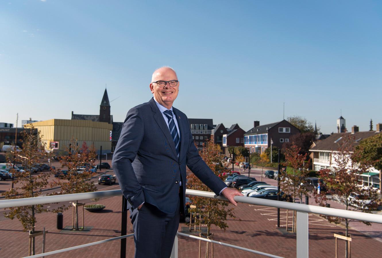 Burgemeester Jan van Belzen van Barendrecht gaat per 1 oktober met pensioen. Na de zomer wordt hij opgevolgd door een waarnemer.