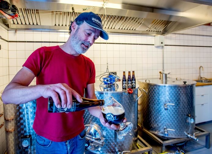 Erwin van de Velde in de bierbrouwerij.