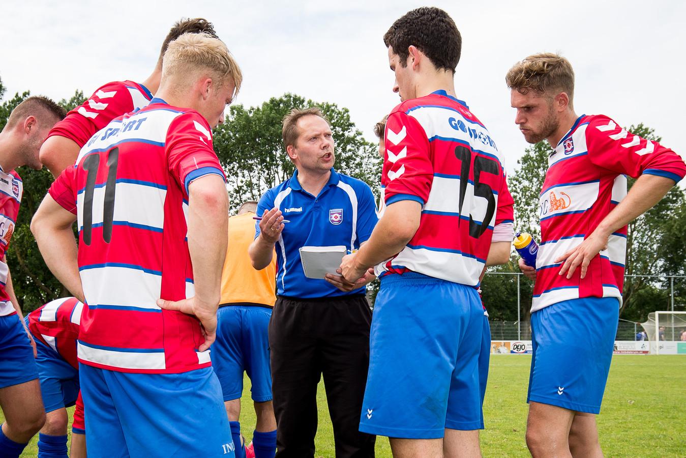 Harry Akkermans coacht zijn team.