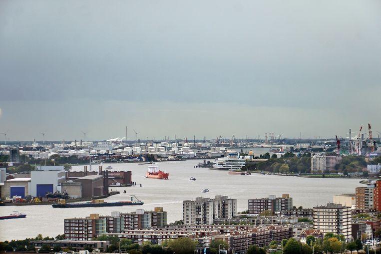 Uitzicht op de Rotterdamse haven, met op de achtergrond de raffinaderij van Shell. Beeld HH
