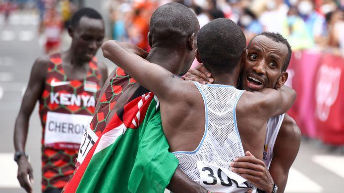 Eliud Kipchoge, Abdi Nageeye en Bashir Abdi vallen elkaar in de armen.