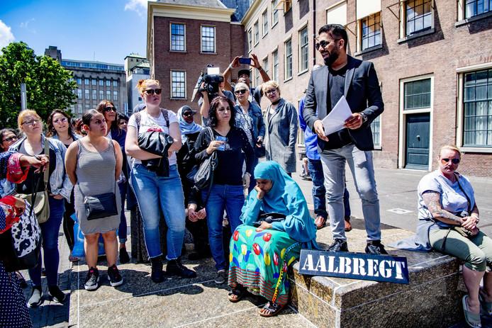Rij-instructeurs en mensen die zich gedupeerd voelen door rijschoolhouder Ferry Aalbregt uit Zoetermeer, demonstreren in Den Haag.