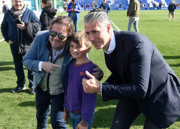 Coucke en Verschueren poseren met een jonge fan op de voorbije winterstage in het Spaanse San Pedro Del Pinatar.