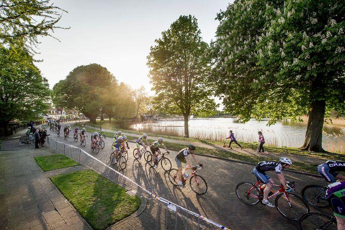 De Ronde van de Vijver in Hengelo. Een wielercriterium op een fraaie plek.