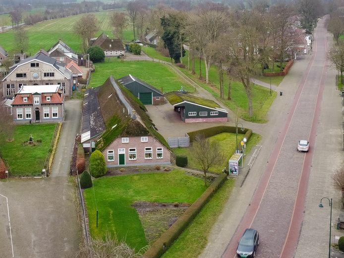 Eigenaar Benny Bisschop van de woonboerderij aan de Oude Rijksweg 457 wil appartementen en een supermarkt laten bouwen op de huidige locatie.