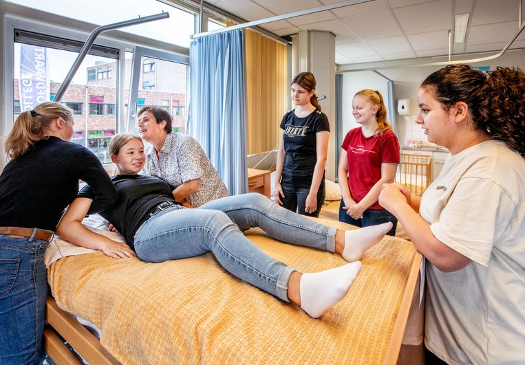 Leerlingen van het Nova College in Hoofddorp krijgen weer fysiek praktijkles. Beeld Raymond Rutting / de Volkskrant