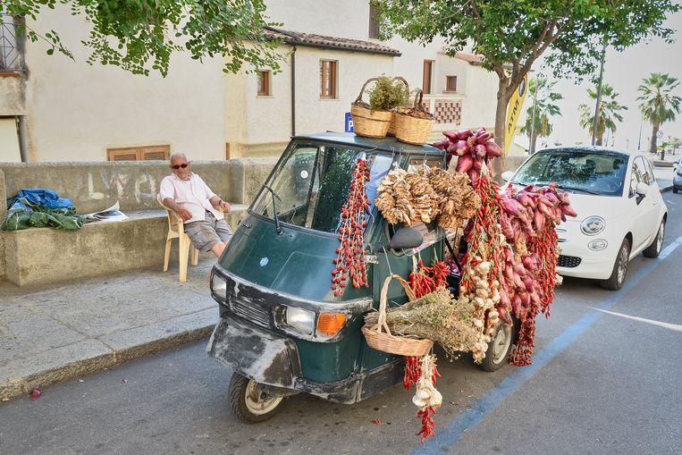 Een straathandelaar in Tropea. Beeld Theo Stielstra
