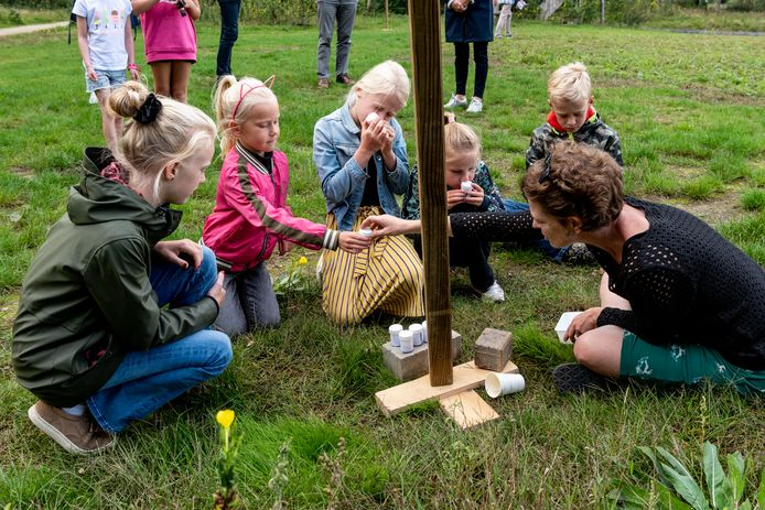 Kinderen mogen ruiken of ze de potjes met de geur van bloemen eruit kunnen halen tijdens de opening van het nieuwe WijkNME waar natuureducatie wordt gegeven.