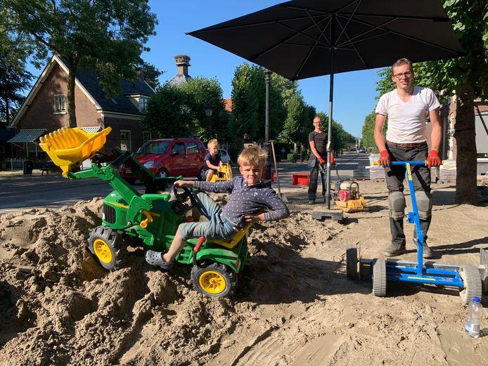 Bakker Henrik Wullems is tijdens zijn vakantie druk met het aanleggen van een terras.