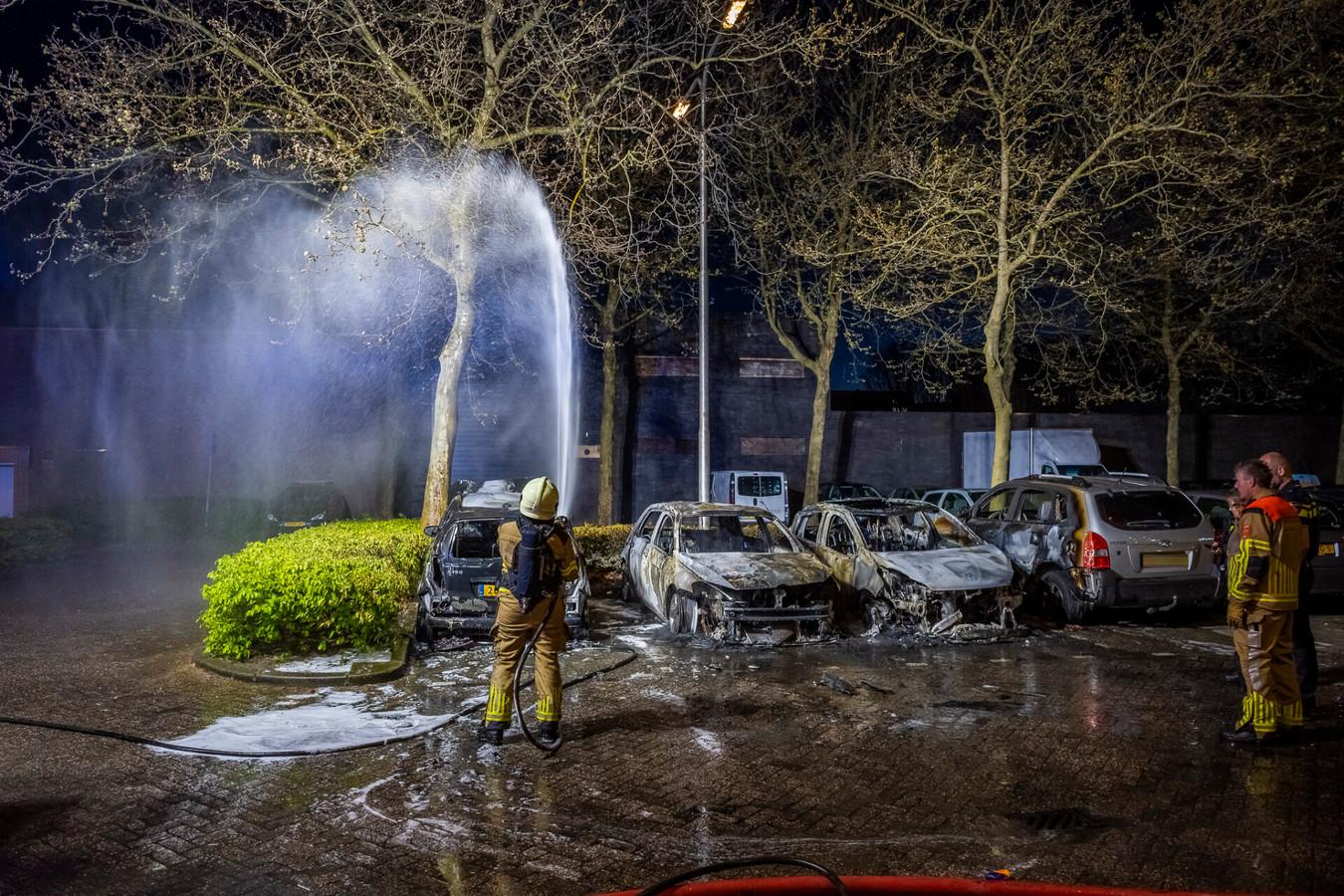 Vier auto's gingen compleet in vlammen op.