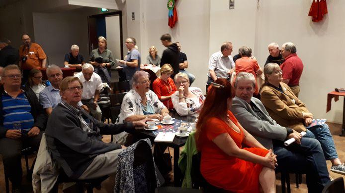 Bezoekers van de protestbijeenkomst Red Bravis Bergen, maandagavond in zaal Den Enghel in Bergen op Zoom.