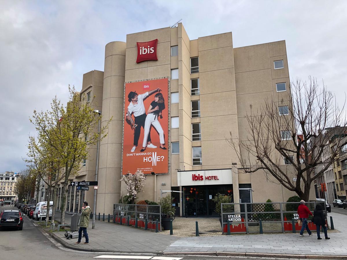 In het centrum van Antwerpen is zaterdagnacht een man uit Deurne om het leven gekomen na een val uit het raam van een hotel.