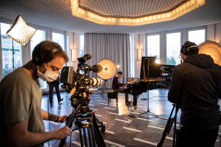 Via creatieve manieren proberen muzikanten en kunstenaar toch de mensen te bereiken in deze coronacrisis. Beeld Getty Images