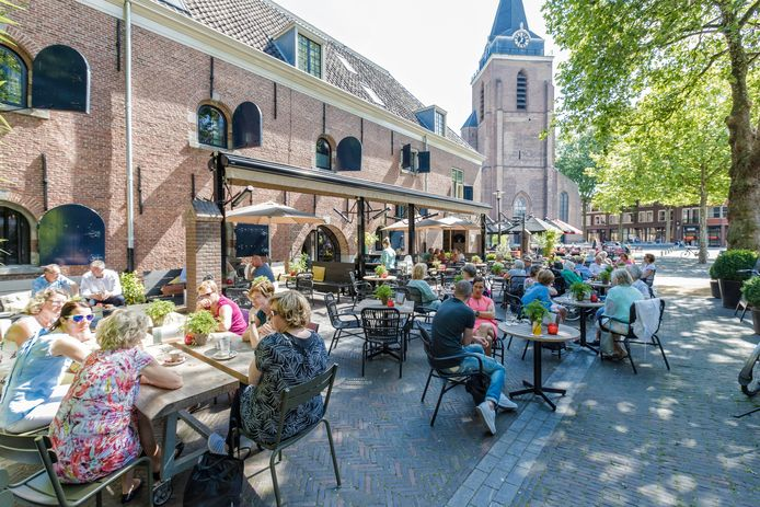 Het is druk op de terrassen van het Kerkplein in Woerden.