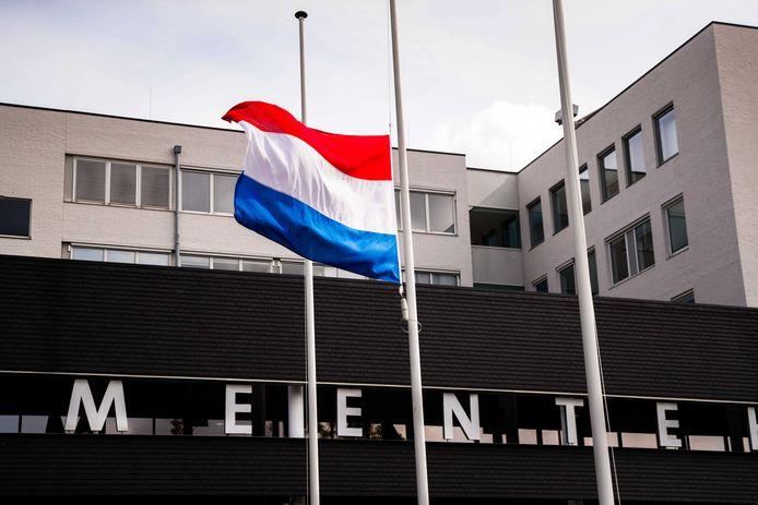 De vlag bij het gemeentehuis in Oss hangt halfstok.