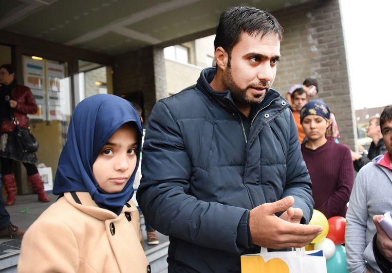 Idam Wisam uit Irak, met een van zijn dochters, vertelde het verhaal van zijn vlucht.