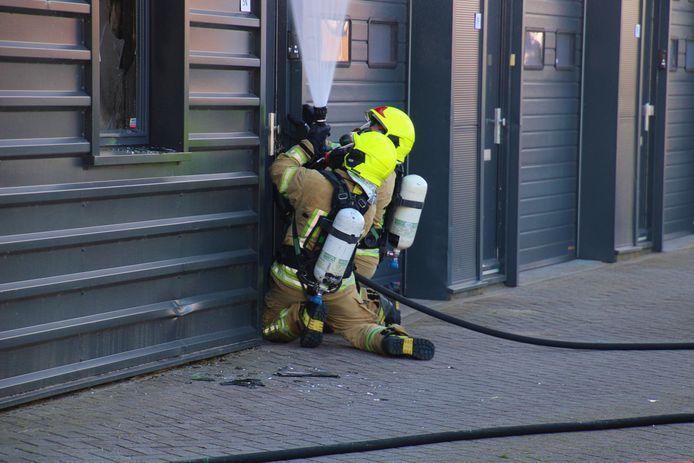 Brandweerlieden doen hun best om de brand te bestrijden.