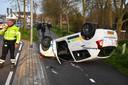 Op de Steekterweg in Alphen is een automobilist met zijn voertuig over de kop geslagen.