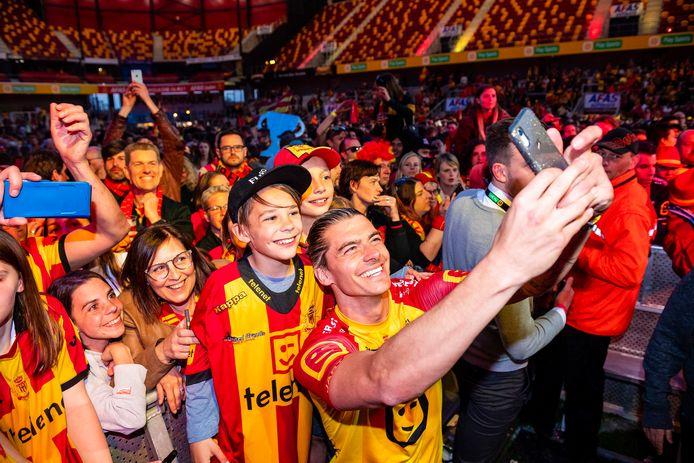 Seth De Witte met de fans tijdens de afterparty Achter de Kazerne.