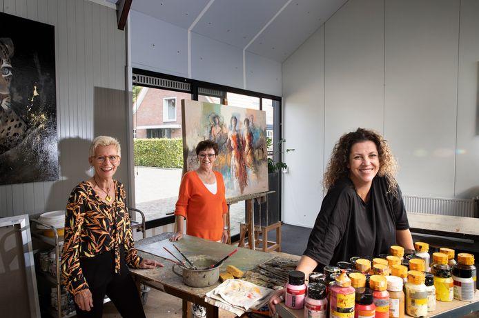 De organisatoren van de open atelierrout in Bakel, Milheeze en De Rips: An Brzoskowski, Maria de Vries en Nancy Jones (vlnr).