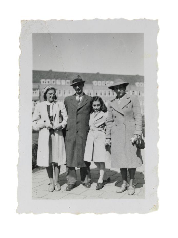 De familie Frank op het Merwedeplein in Amsterdam in mei 1941. Voor zover bekend de laatste foto van het gezin.