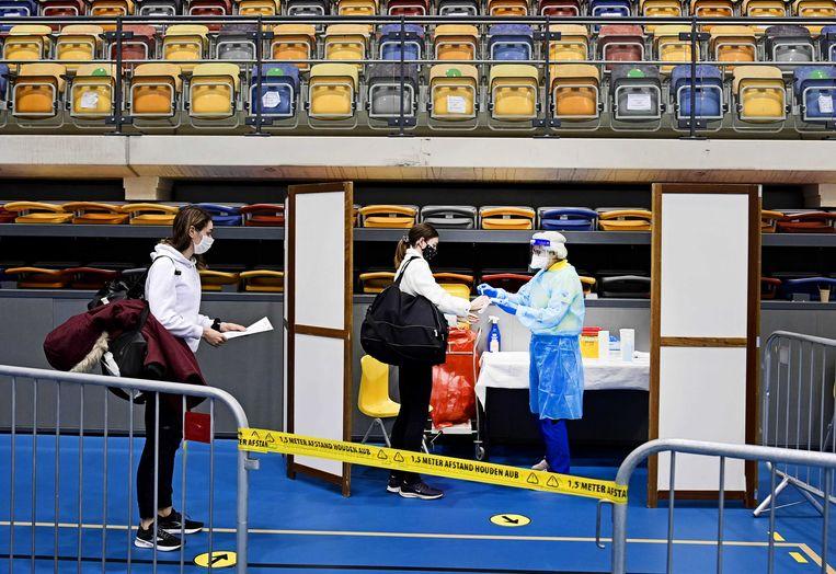 Coronatesten worden afgenomen tijdens de Nederlandse kampioenschappen atletiek in Apeldoorn. Beeld ANP