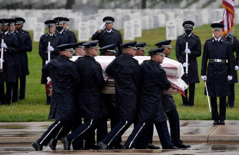Een Amerikaanse militair wordt begin deze week op de begraafplaats Arlington in Virginia overgebracht naar de plaats waar hij met groot ceremonieel wordt begraven: afdeling 60, gereserveerd voor degenen die zijn gesneuveld in Irak en Afghanistan. Beeld AFP