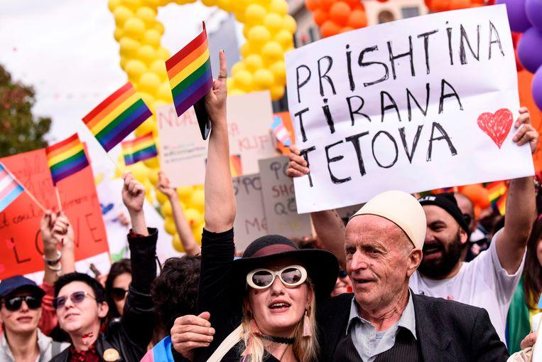 Honderden mensen liepen gisteren in Pristina, de hoofdstad van Kosovo, mee met de Gay-Pride-optocht.  Gelijke rechten voor mensen met verschillende seksuele voorkeuren zijn niet onomstreden in het land.  Beeld AFP