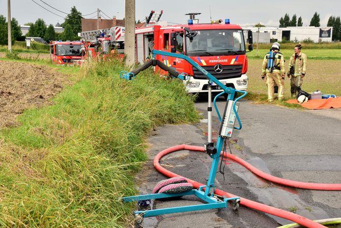 De bejaarde bewoner kon zelf ontkomen bij de brand in z'n rijhuis langs de Komerenstraat in Geluwe. Zijn echtgenote, die immobiel is, werd in haar tillift naar buiten gebracht door de thuisverpleegster.