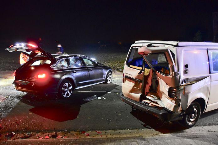 De Audi A6 veroorzaakte ook grote schade aan een geparkeerde bestelwagen.