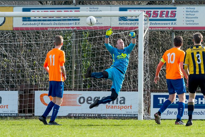01-03-2020: Voetbal: Dedemsvaart v LAC Frisia: Dedemsvaart Raymon Slot of Dedemsvaart tracht de bal te redden.