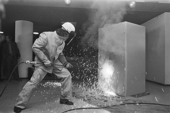 Meesterkraker Aage M. bewerkt een brandkast met een thermische lans bij de presentatie van zijn boek.