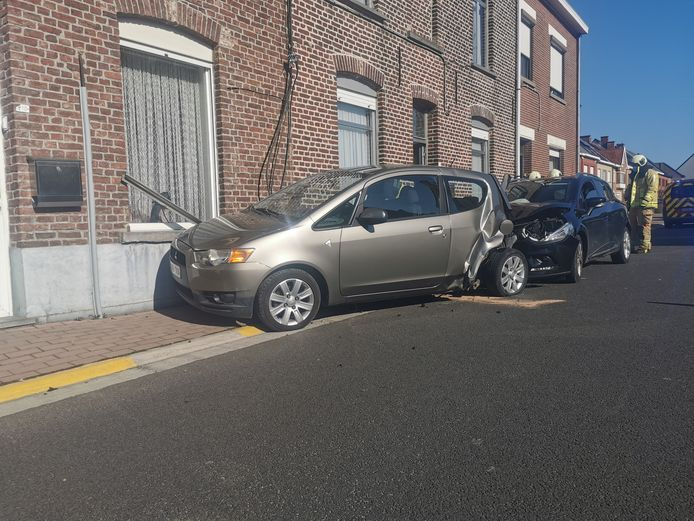 Door de klap belandde de geparkeerde wagen tegen de gevel van een woning.