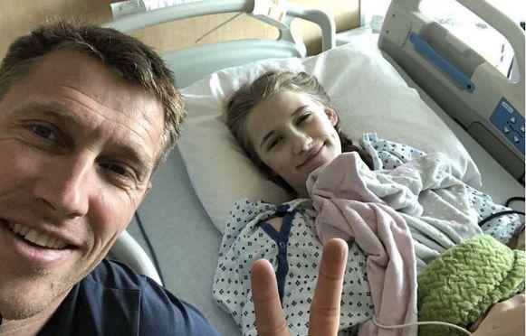 Axel Merckx in april van dit jaar met Athina in het ziekenhuis.