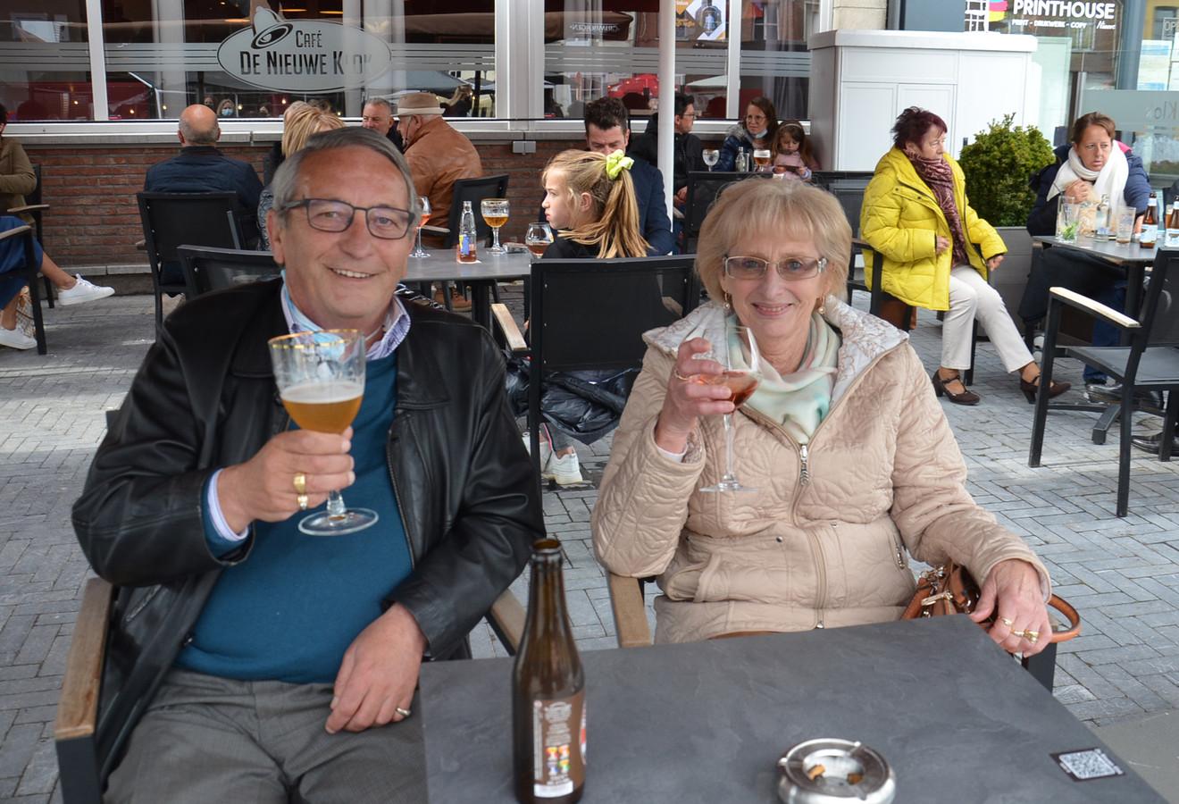 Marc Rombaut en Godelieve Van der Maelen op het terras van café De Nieuwe Klok in Ninove.