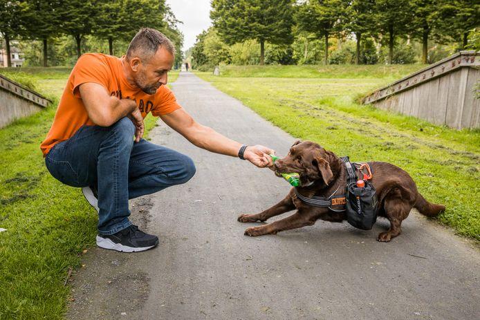 Alex van Eck met zijn labrador Joy.