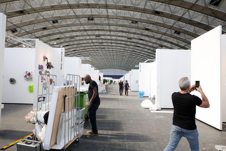 Opbouw van de KunstRAI in Amsterdam.  Beeld Studio V