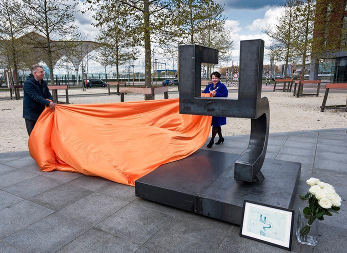 Burgemeester Sharon Dijksma onthulde het monument samen met Bas Meijer van comité 4/5 mei.