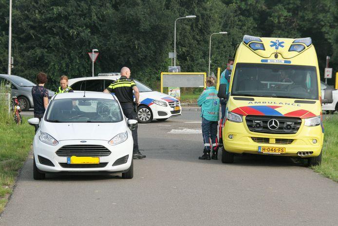 De wielrenner wordt verzorgd in de ambulance en vervolgens naar het ziekenhuis vervoerd. De betrokken auto is flink beschadigd en moet worden afgesleept.