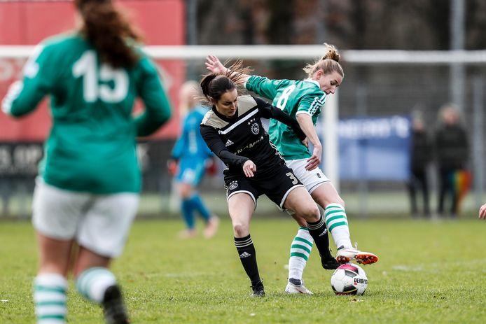 De vrouwen van Bavel tegen Ajax hier de Bredase Dijkstra in duel met Pleun van Ginneken